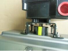 回信器连接轴插入气缸中轴的凹槽内